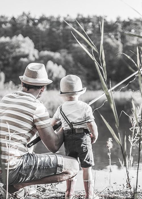 親子で釣りをする様子