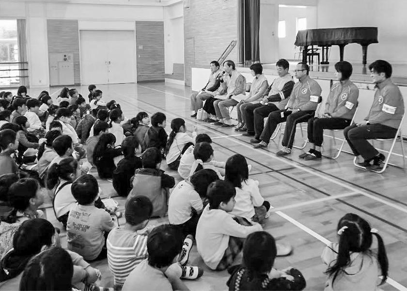 小学校で啓発活動を行う様子
