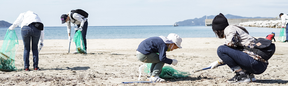 チームで海岸清掃を行う様子