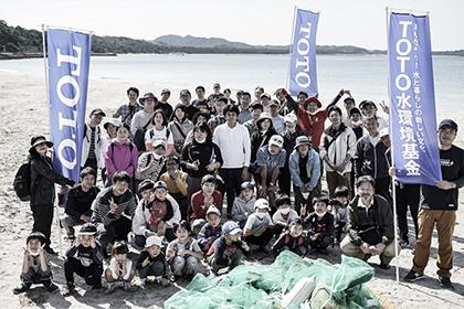 企業とのコラボレーションで海岸清掃を行う様子