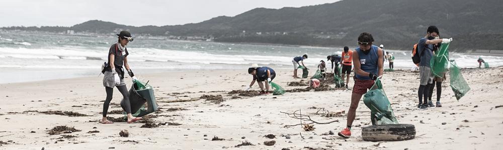 海岸をチームで清掃している様子